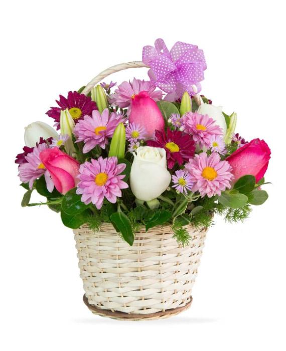 Canasta de mimbre con rosas fucsias y variedad florer a for Fabrica de canastas de mimbre